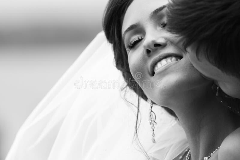 Lyckliga par på bröllopdag. Brud och brudgum. fotografering för bildbyråer