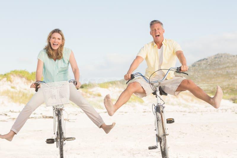 Lyckliga par på en cykelritt arkivbild