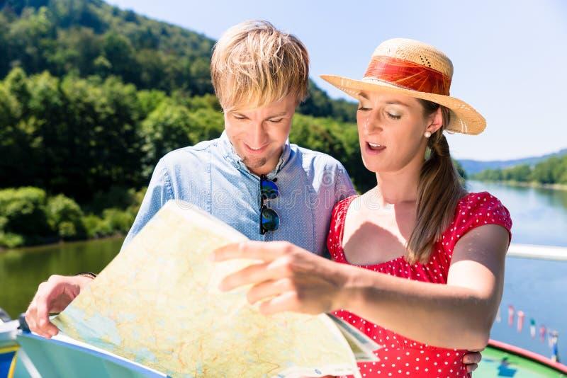 Lyckliga par på flodkryssning arkivfoton