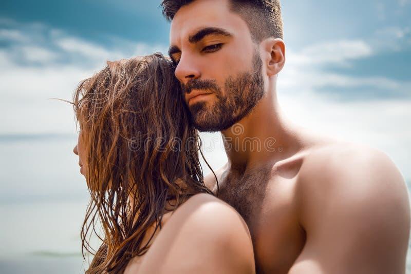 Lyckliga par på havet sätter på land, vuxna människan, sommarferier fotografering för bildbyråer