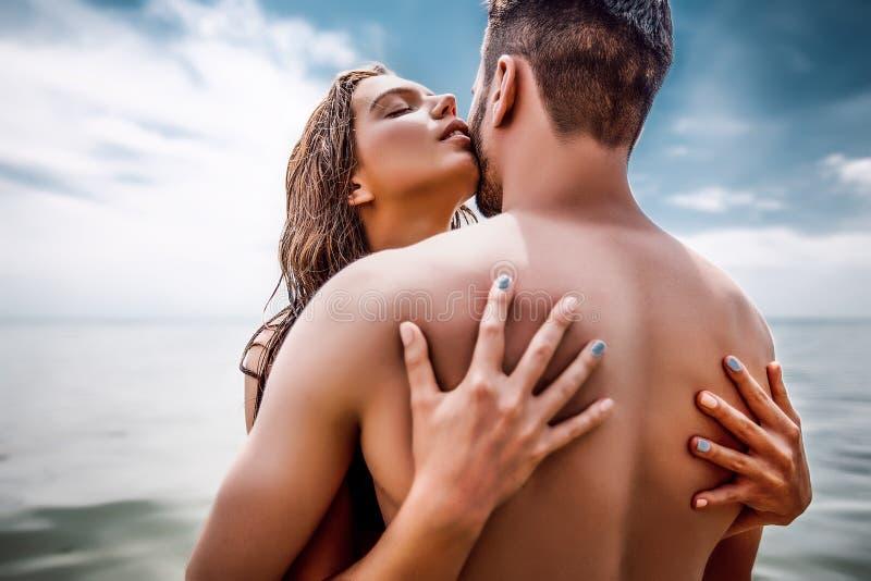 Lyckliga par på havet sätter på land, vuxna människan, sommarferier arkivbild