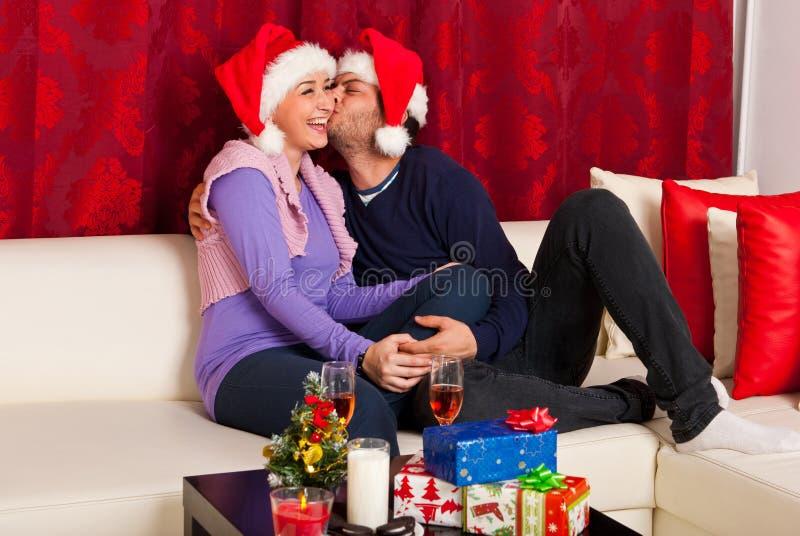 Lyckliga par på julnatten royaltyfri fotografi