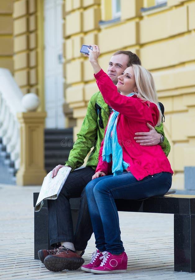 Lyckliga par på loppsemesterferier romantiker arkivfoto