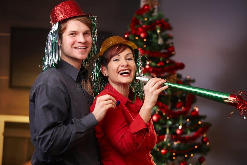 Lyckliga par på nytt års helgdagsafton royaltyfria foton