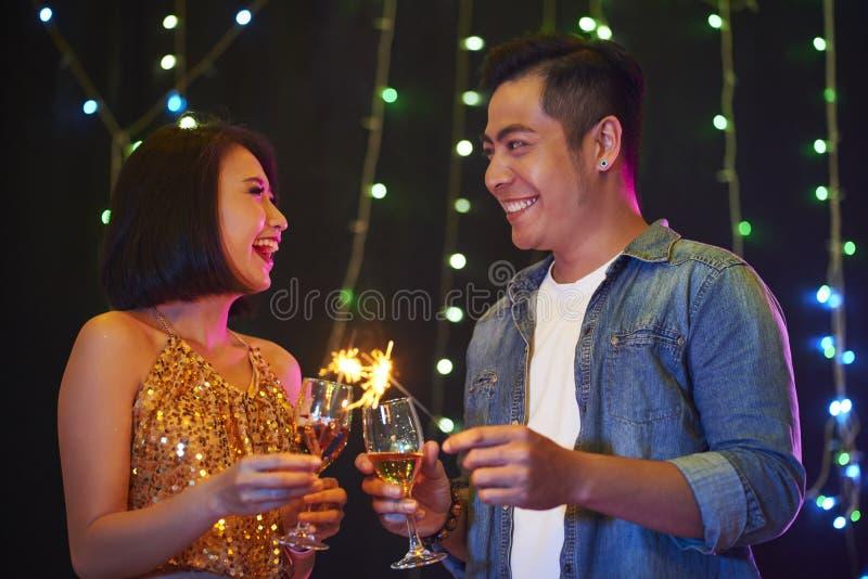 Lyckliga par på partiet royaltyfri foto