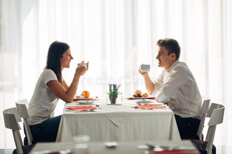 Lyckliga par på restaurangen som äter lunch Samtal över mål Hotellhelpension, allt inklusive stag Lopp datum, mat, livsstil royaltyfri fotografi