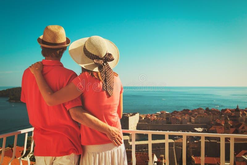 Lyckliga par på semester i Dubrovnik, Kroatien royaltyfri foto