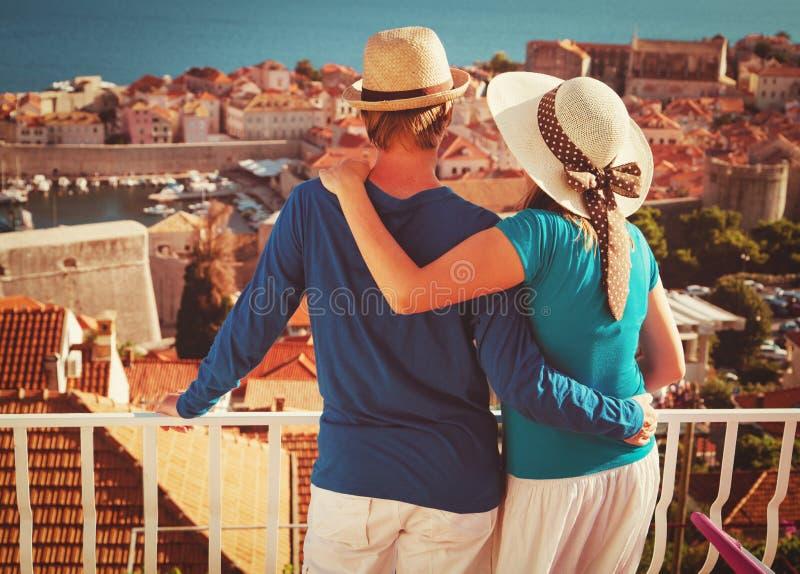 Lyckliga par på semester i Dubrovnik, Kroatien arkivbilder