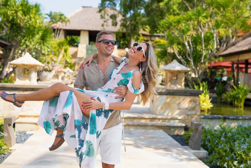 Lyckliga par på semestern som tycker om gyckel royaltyfri fotografi
