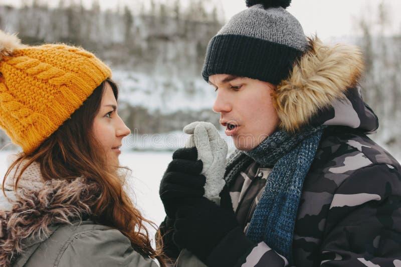 Lyckliga par på skognaturen parkerar i kall säsong Mannen värme flickans händer Loppaff?rsf?retagk?rlekshistoria royaltyfri foto