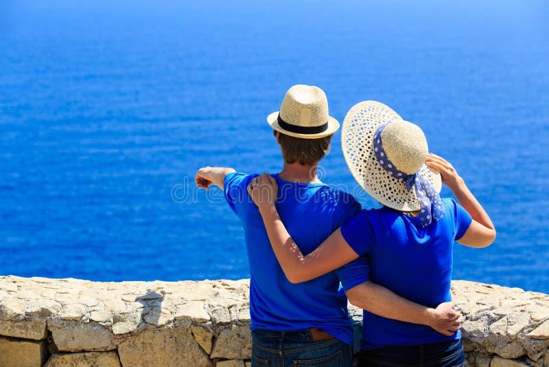 Lyckliga par på sommarsemester på havet fotografering för bildbyråer
