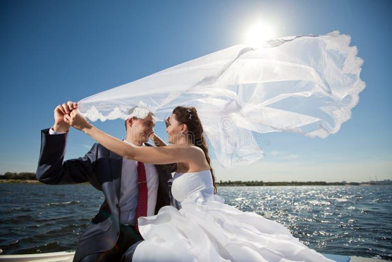 Lyckliga par på yachten royaltyfri fotografi