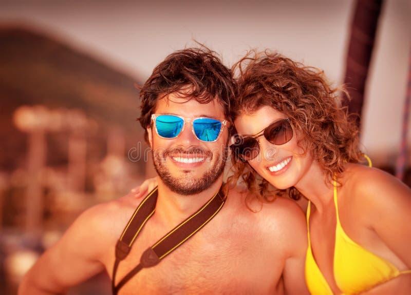Lyckliga par på yachten royaltyfri foto