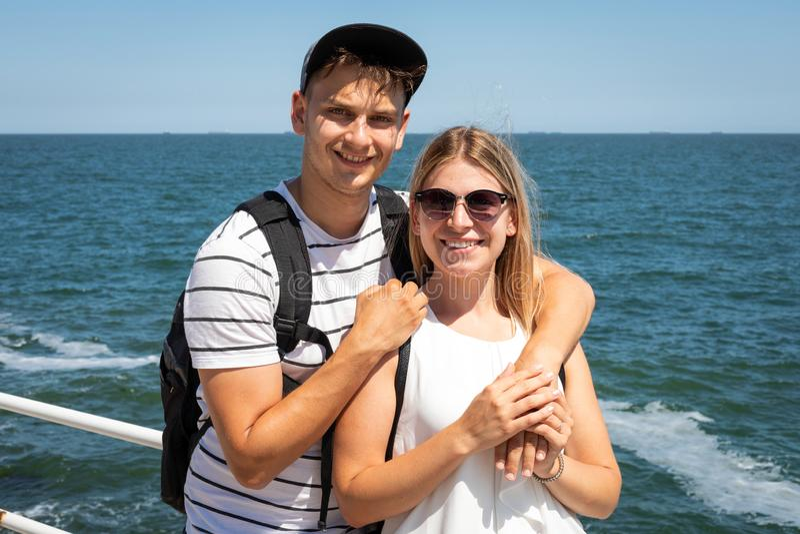 Lyckliga par p? havet royaltyfri foto