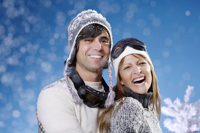 lyckliga par skidar royaltyfri bild