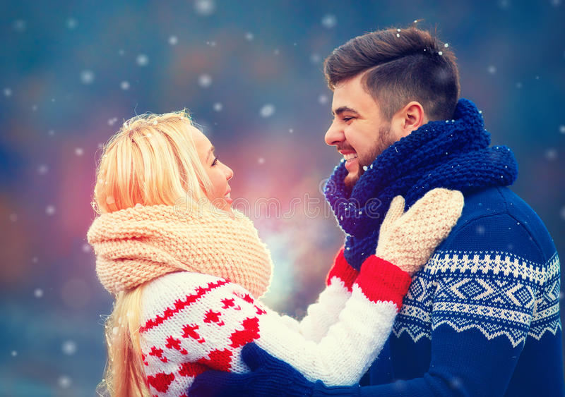 Lyckliga par som är förälskade i vinter arkivbilder
