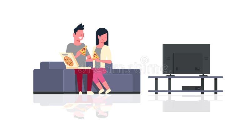 Lyckliga par som äter hållande ögonen på tv för pizzamankvinnan som sitter på soffaferie, kopplar av manliga kvinnliga tecknad fi stock illustrationer