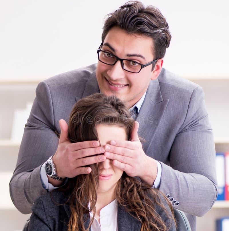 Lyckliga par som arbetar i det samma kontoret arkivbilder