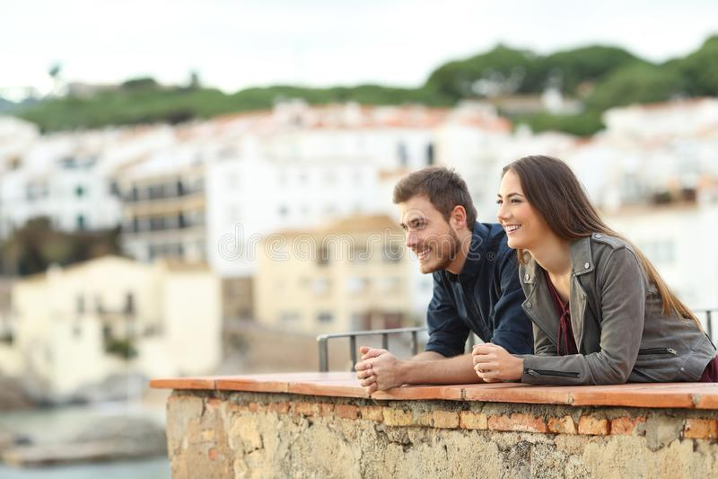 Lyckliga par som beskådar sikter på semester royaltyfri fotografi