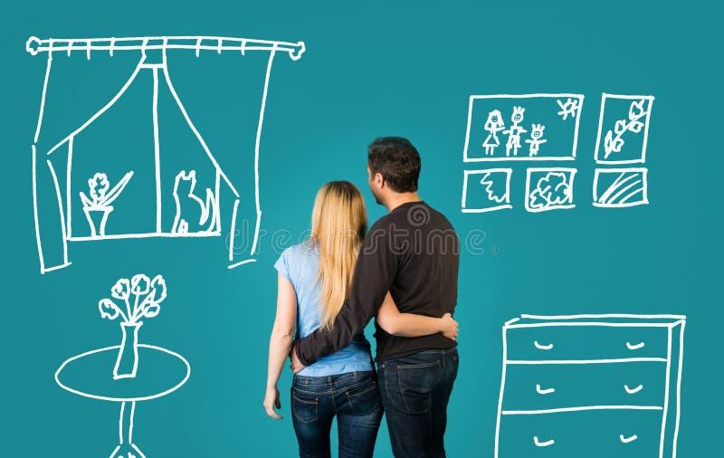 Lyckliga par som drömmer av deras nya hem och möblerar på blå bakgrund royaltyfri illustrationer