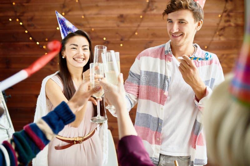 Lyckliga par som firar födelsedag med vänner royaltyfria foton