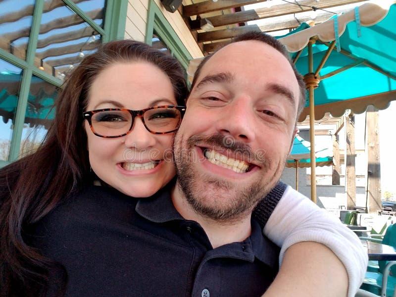 Lyckliga par som firar liv arkivfoto