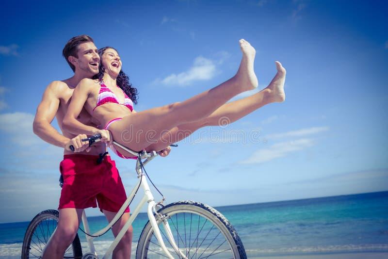 Lyckliga par som går på en cykelritt royaltyfria bilder