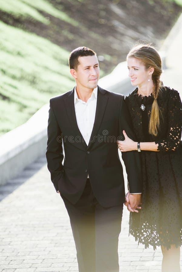 Lyckliga par som går, ser hon honom, lovingly royaltyfria bilder