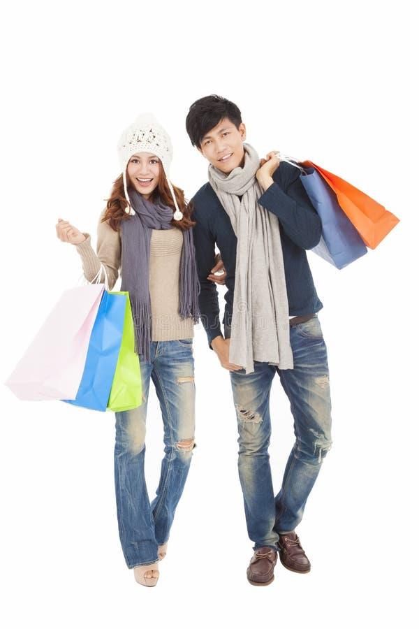 Lyckliga par som gör shopping med vinterkläder royaltyfri foto