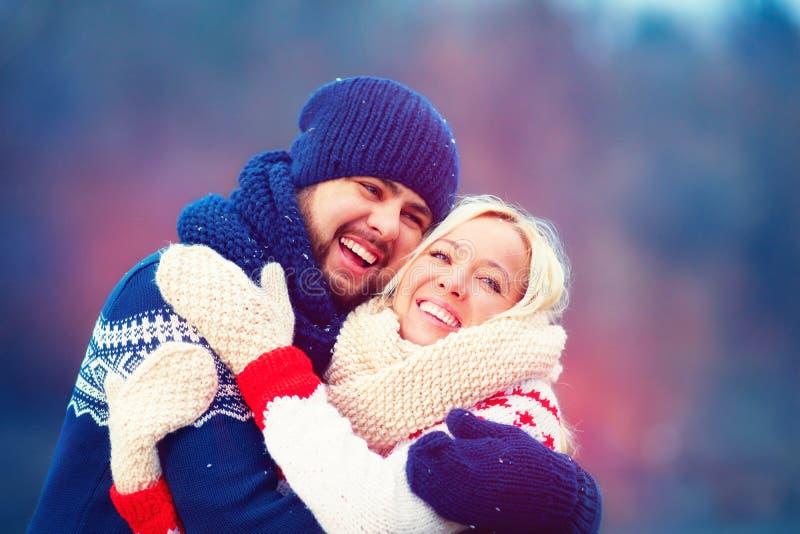 Lyckliga par som har gyckel under vinterferie arkivbilder