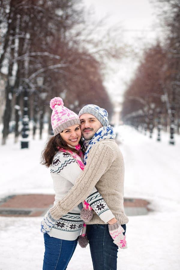 Lyckliga par som har gyckel under vinterferie arkivbild