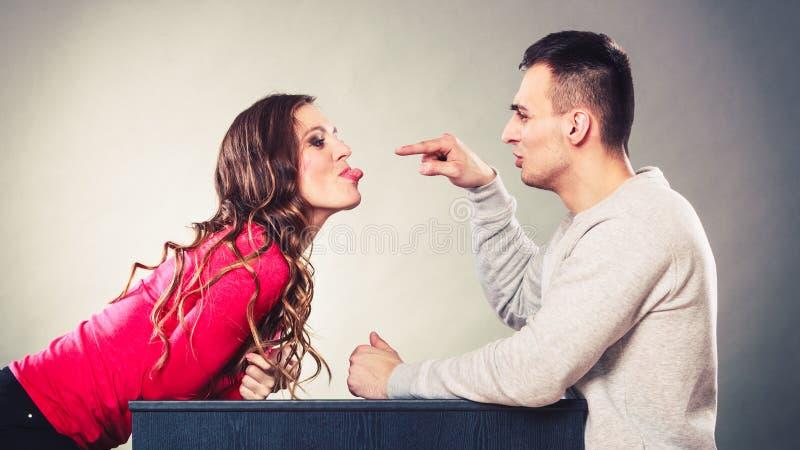 Lyckliga par som har roligt och omkring bedrar arkivfoton