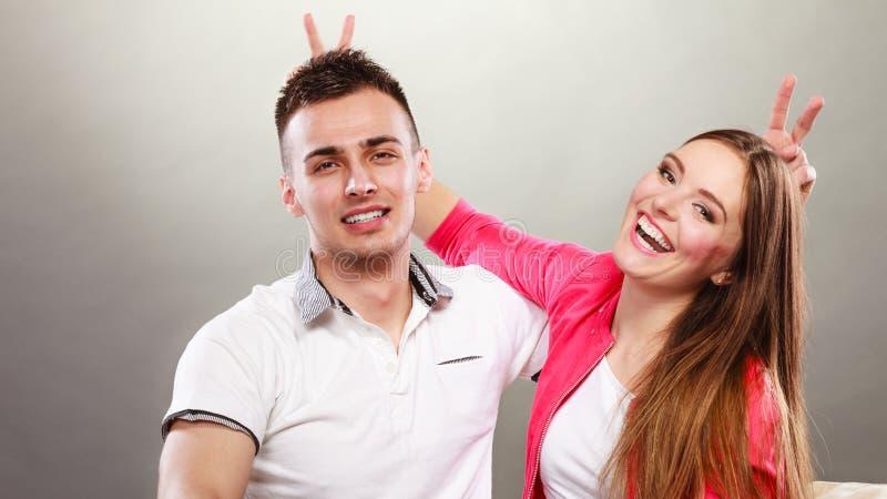 Lyckliga par som har roligt och omkring bedrar arkivfoto