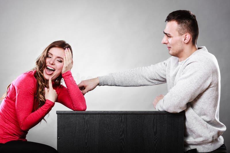 Lyckliga par som har roligt och omkring bedrar royaltyfri foto