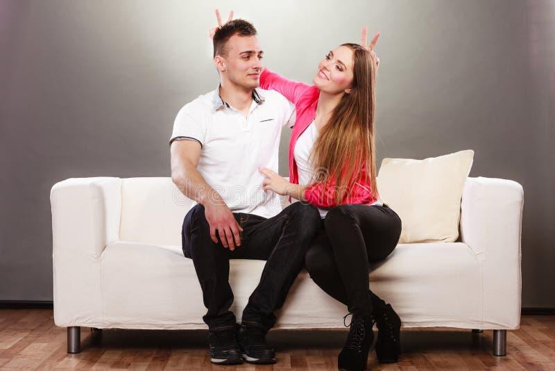 Lyckliga par som har roligt och omkring bedrar arkivbild