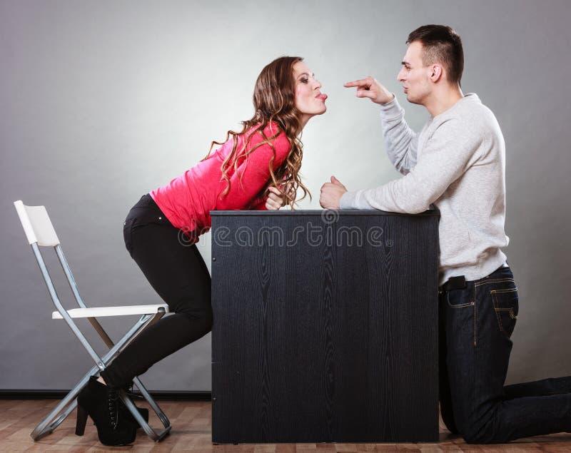 Lyckliga par som har roligt och omkring bedrar arkivbilder