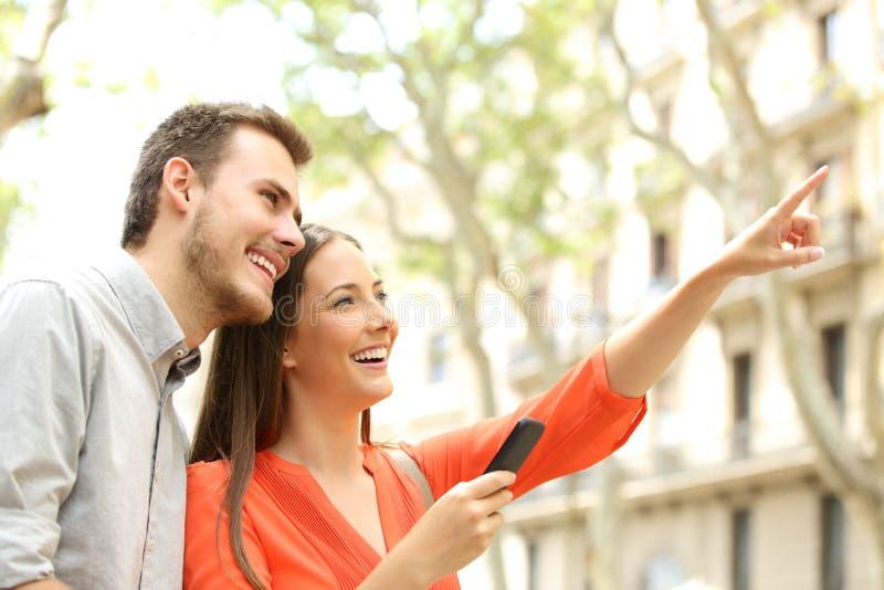 Lyckliga par som hem söker i gatan fotografering för bildbyråer