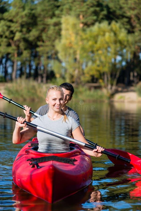 Lyckliga par som kayaking royaltyfria bilder