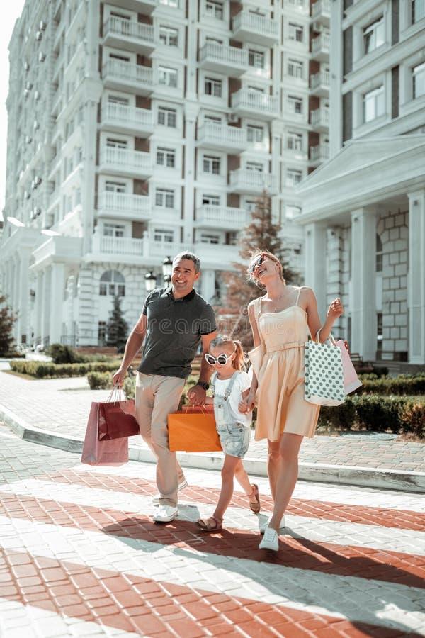 Lyckliga par som korsar vägen med deras dotter royaltyfria bilder