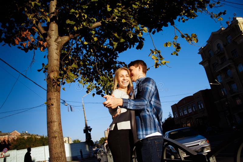 Lyckliga par som kramar, kysser, ler och dansar på gatan i staden datum vi är bara i världen royaltyfri bild