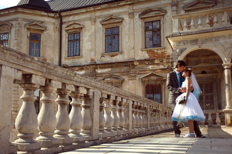 Lyckliga par som kramar och ler sig på bakgrund gammal ca royaltyfria foton