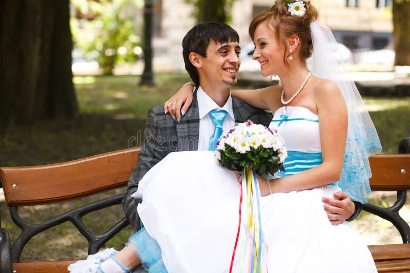 Lyckliga par som kramar och ler sig på thebackgroundmedeltal royaltyfri bild