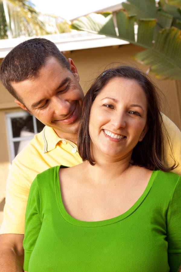 Lyckliga par som ler och kramar arkivbilder