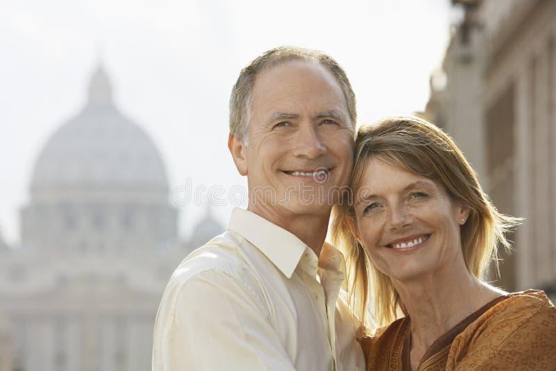 Lyckliga par som omfamnar i Rome royaltyfria bilder