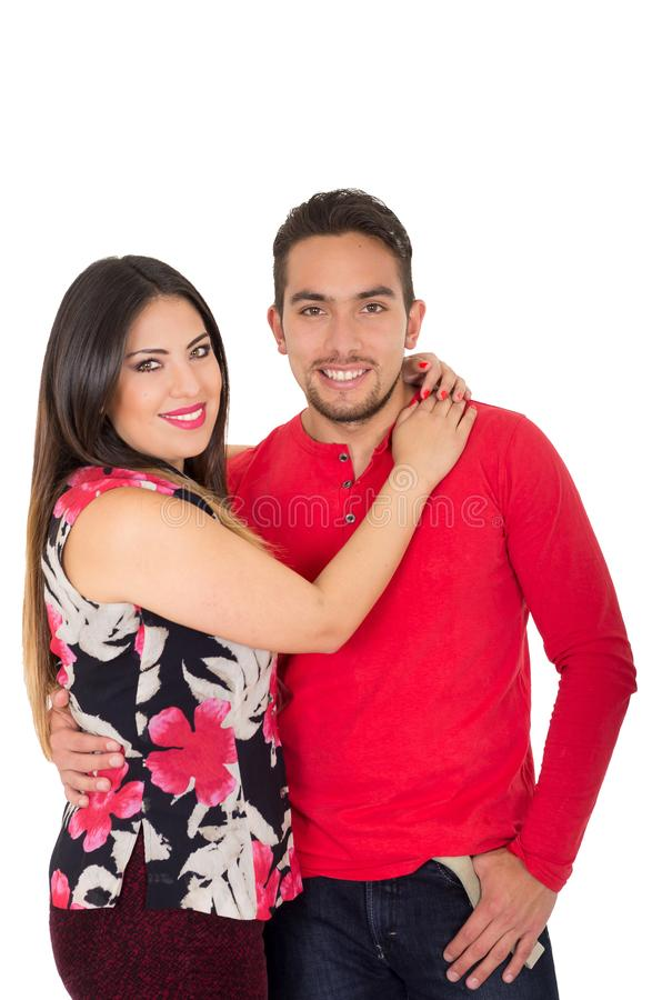 Lyckliga par som omfamnar och ser kameran på vit bakgrund arkivbild