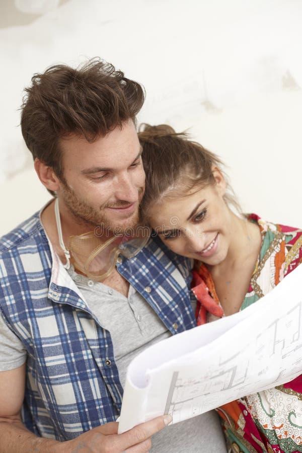 Lyckliga par som planerar ett nytt hem arkivbilder
