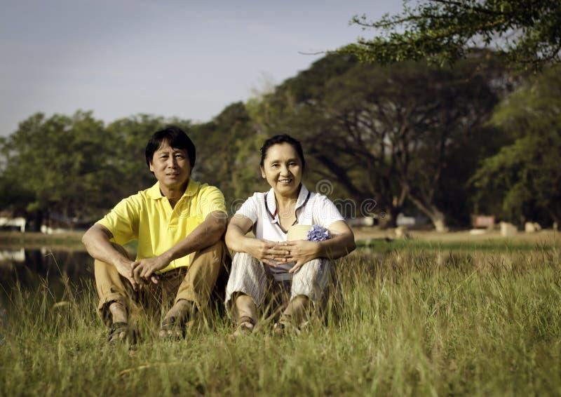 Lyckliga par som poserar för en stående parkerar in royaltyfri bild