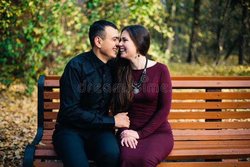 Lyckliga par som in poserar, parkerar fotografering för bildbyråer