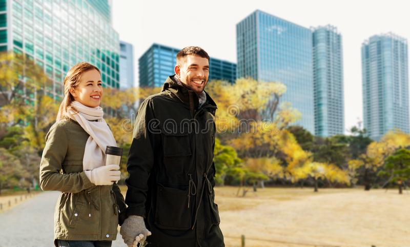 Lyckliga par som promenerar den hösttokyo staden arkivbilder