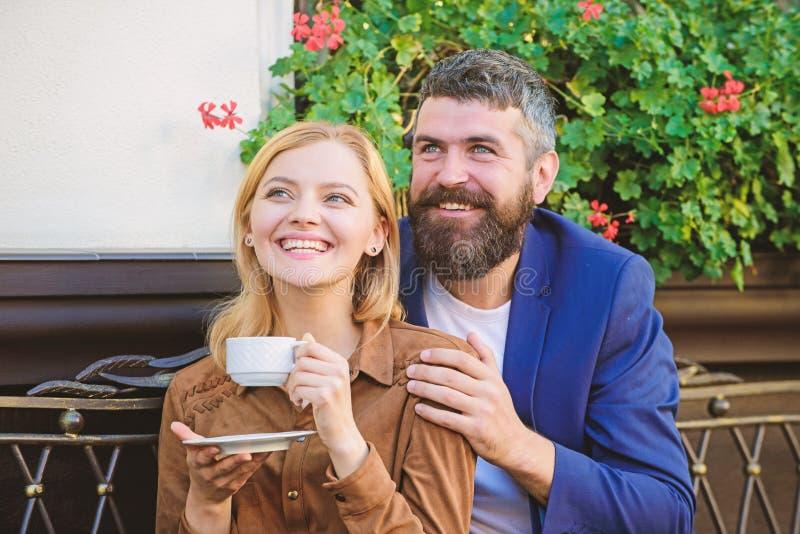 Lyckliga par som ?r f?r?lskade p? romantiskt datum fridsam morgon Brutalt sk?ggigt hipster- och flickadrinkkaffe white f?r morgon royaltyfria foton